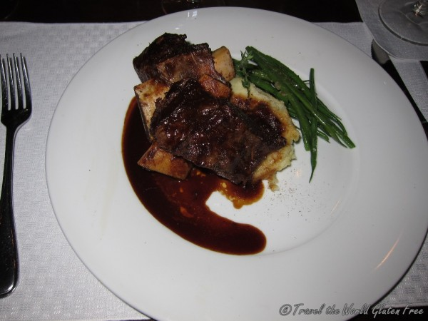 Braised beef short ribs with roasted garlic mashed potatoes, sautéed French beans and thyme jus